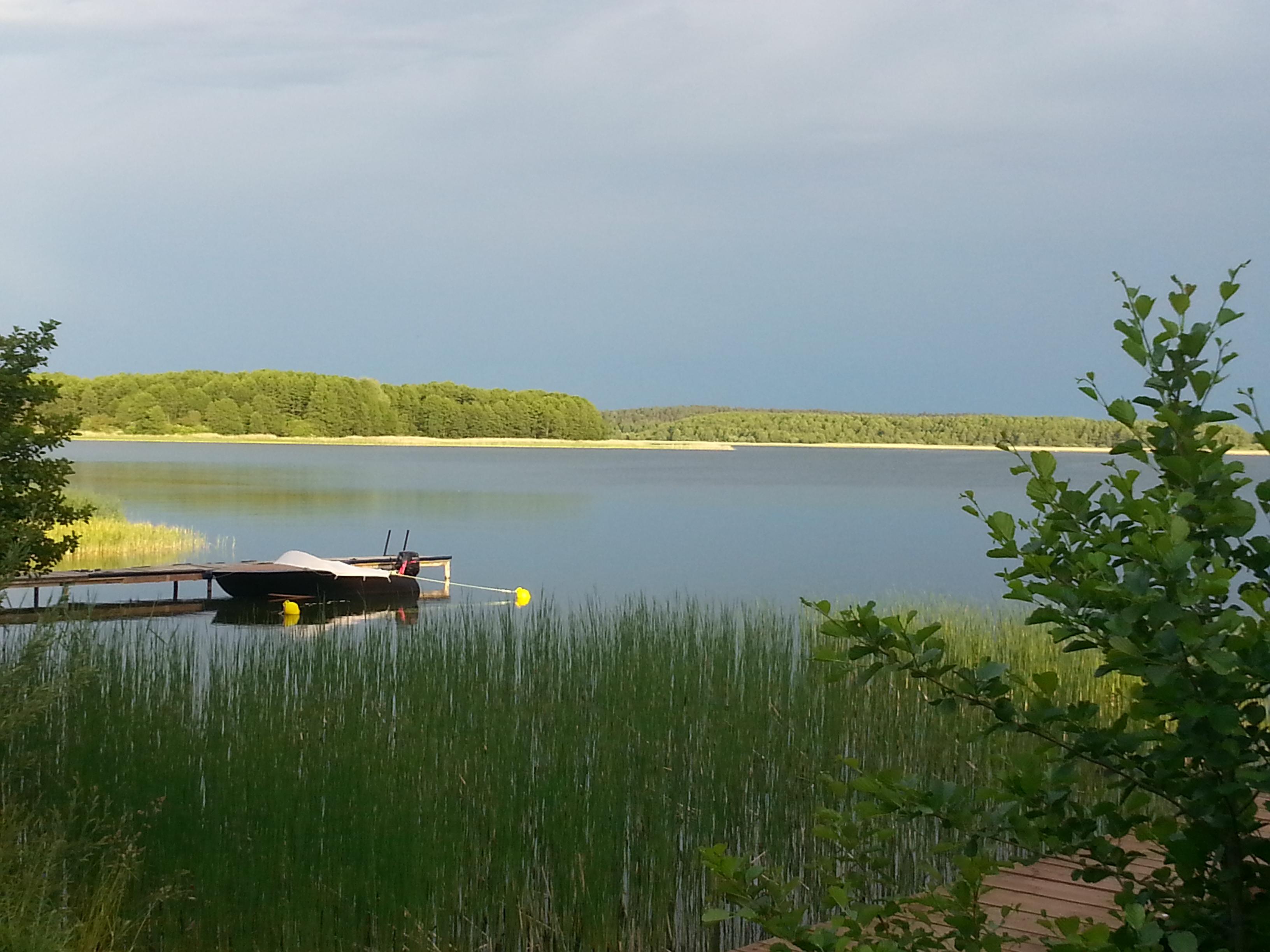 Pomost wbity w taflę jeziora Święcajty w miejscowości Kal na Mazurach