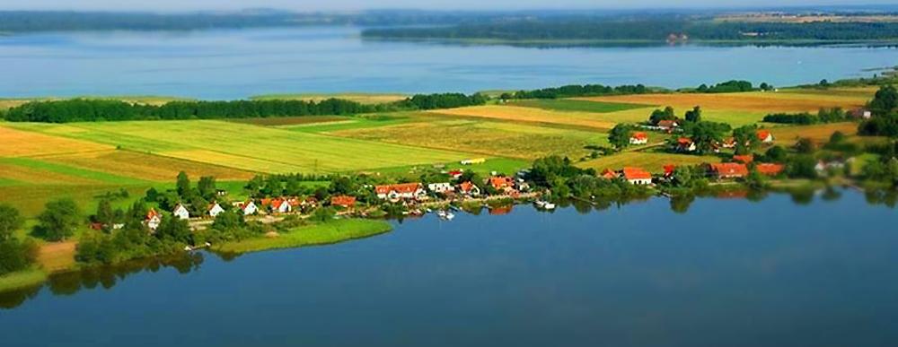Na pierwszym planie u dołu jezioro Świecajty, powyżej jezioro Mamry, pomiedzy nimi półwysep Kal