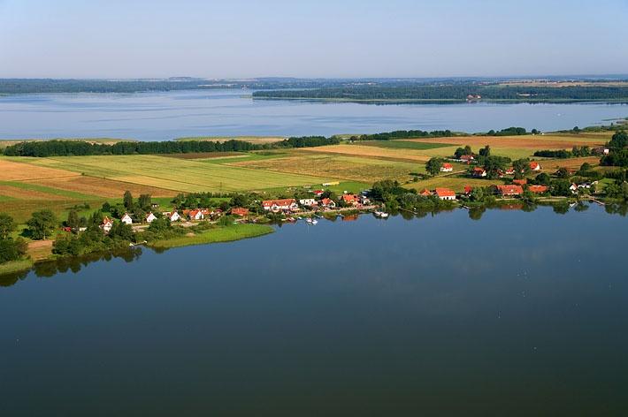 Na pierwszym planie jezioro Świecajty, wioska Kal w tle natomiast jezioro Mamry