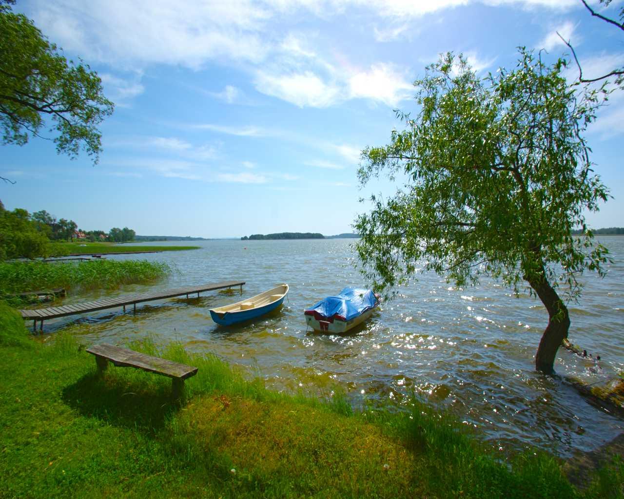 Nad brzegiem jeziora Święcajty w miejscowości Kal