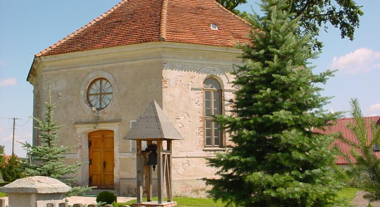 Zabytkowy kościółek w Radziejac